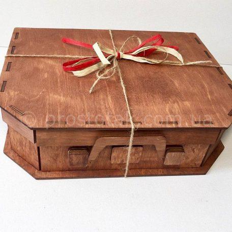 Дерев'яна коробка чемодан коричневого кольору