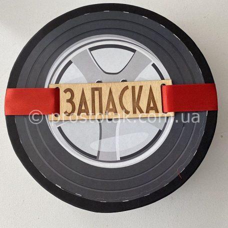 """Коробка для подарунка кругла чорна<a href=""""https://prostotak.com.ua/uk/shop/upakuvannya-dlya-podarunkiv/korobki-uk/korobka-iz-krishkoyu-na-magnitax/"""" rel=""""noopener noreferrer"""" target=""""_blank"""">Заказать</a>"""