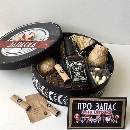 """Подарунок із спиртним Jack Daniels та склянками для віскі<h3><a href=""""http://prostotak.com.ua/uk/shop/podarunkovi-korobki-uk/dlya-cholovikiv/tatovi/podarunok-na-den-narodzhennya-nabir-zapaska-05l/"""" rel=""""noopener noreferrer"""" target=""""_blank"""">Замовити </a></h3>"""