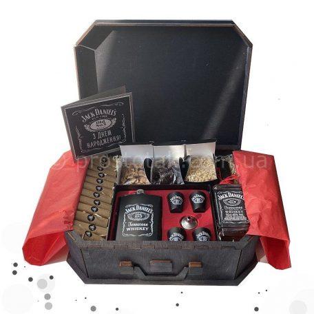 "VIP подарунки для чоловіків на день народження<h3><a href=""http://prostotak.com.ua/uk/shop/podarunkovi-korobki-uk/dlya-cholovikiv/tatovi/podarunkovij-boks-dlya-cholovika-156-xxl/"">Замовити</a></h3>"