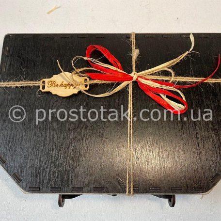 """Чемодан из дерева<h3><a href=""""http://prostotak.com.ua/ru/shop/podarochnaya-upakovka/chemodanchiki/derevyannyj-chemodan-chernogo-cveta/"""">Заказать чемодан</a></h3>"""