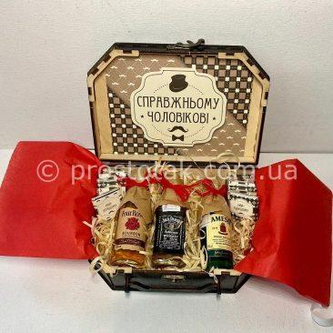 Подарок мужчине со спиртными миниатюрами и шоколадом