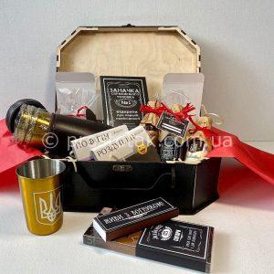 Подарок с миниатюрами виски и стопками
