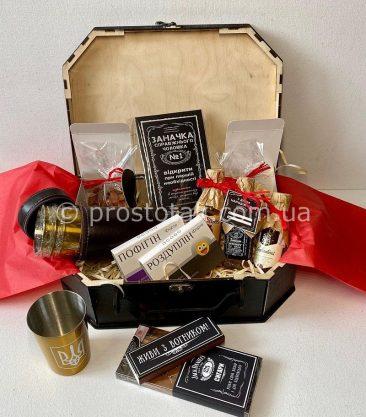 Подарок с стопками и спиртными миниатюрами