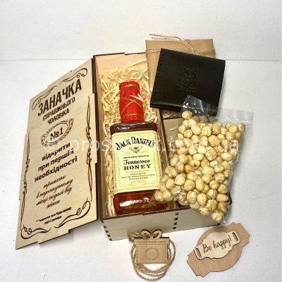 """Wooden box """"Заначка"""" з медовими віскі та аксесуарами"""