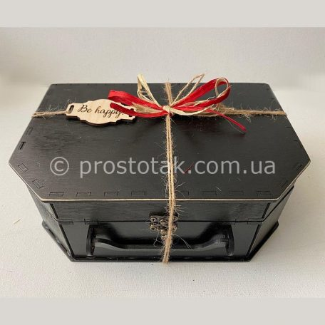 "Подарункова коробка чемодан із дерева<h3><a href=""http://prostotak.com.ua/ru/shop/podarochnaya-upakovka/chemodanchiki/derevyannyj-chemodan-chernogo-cveta/"">Замовити</a></h3>"