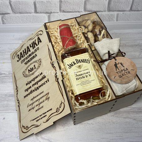 "Wooden box ""Заначка"" Jack Daniels с ""Торбою щастя""<h3><a href=""http://prostotak.com.ua/ru/shop/dlya-muzhchin/muzhu/wooden-box-zanachka-medovymi-s-viski-jack-daniels-05l/"" rel=""noopener noreferrer"" target=""_blank"">Заказать</a></h3>"