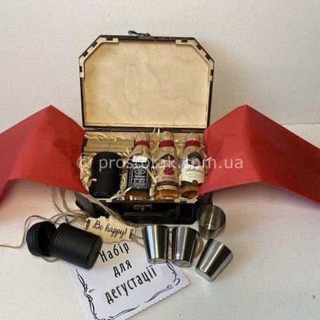 "Подарунок для чоловіка в подарунковій коробці<h3><a href=""http://prostotak.com.ua/uk/shop/podarunkovi-korobki-uk/dlya-cholovikiv/nabir-degustator-zi-spirtnimi-miniatyurami/"" rel=""noopener noreferrer"" target=""_blank"">Замовити</a></h3>"