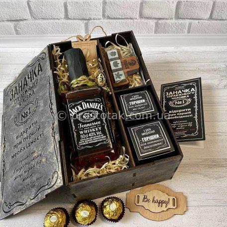 "Wooden box ""Заначка"" с виски Jack Daniel's 0,5l<h3><a href=""http://prostotak.com.ua/ru/shop/podarunkovi-korobki/dlya-muzhchin/muzhu/wooden-box-zanachka-s-viski-jack-daniels-05l/"" rel=""noopener noreferrer"" target=""_blank"">Замовити</a></h3>"