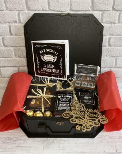 Подарок в деревянной коробке чемодан
