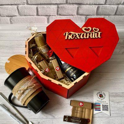 Подарунок дівчині в коробці серце