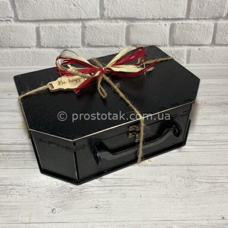Чемодан из дерева черного цвета