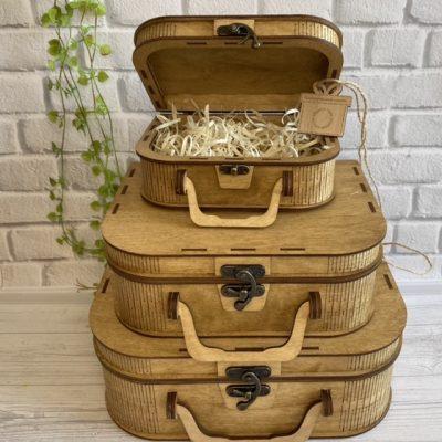Деревянный чемодан цвета светлого