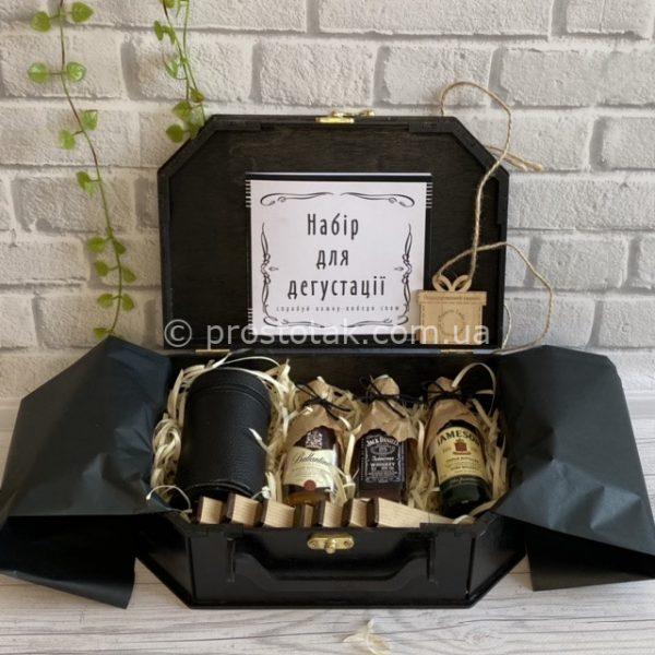 """Подарочный набор """"Дегустатор"""" со спиртными миниатюрами и шоколадом"""