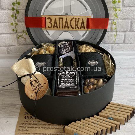 "На День народження чоловікам алкоголь та склянки<h3><a href=""https://prostotak.com.ua/uk/shop/dlya-cholovikiv/tatovi/podarunok-cholovikovi-na-den-narodzhennya-nabir-zapaska/"" rel=""noopener"" target=""_blank"">Замовити</a></h3>"