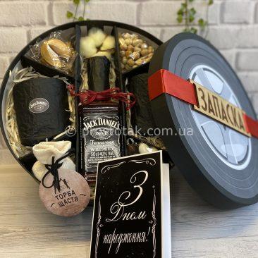На День народження чоловікам алкоголь та склянки
