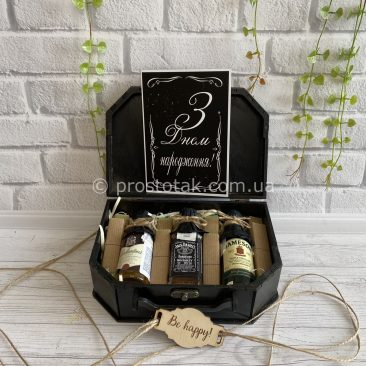 Небольшой подарок для мужчины с алкогольными миниатюрами