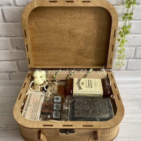 """Подарок для мужчины с ликером Jack Daniel's «Honey aroma» Vip.4<h3><a href=""""https://prostotak.com.ua/ru/shop/dlya-muzhchin/rukovoditelyu/podarok-dlya-muzhchiny-s-likerom-jack-daniels-honey-aroma/"""" rel=""""noopener"""" target=""""_blank"""">Заказать</a></h3>"""