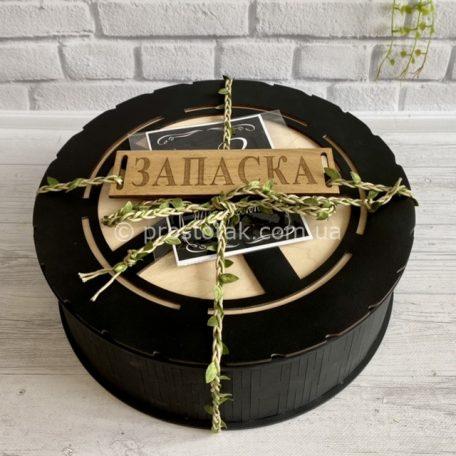 """Круглая деревянная коробка для подарка<h3><a href=""""https://prostotak.com.ua/ru/shop/podarochnaya-upakovka/derevyannaya-upakovka/korobka-kruglaya-chernaya-zapaska-diam-30sm/"""" rel=""""noopener"""" target=""""_blank"""">Заказать</a></h3>"""