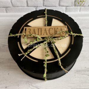 Круглая коробка для подарка чёрного цвета «Запаска»