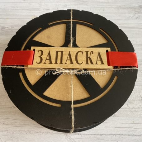 "Подарунок чоловіку ""ЗАПАСКА"" з металевими стопками в чохлі<h3><a href=""https://prostotak.com.ua/uk/shop/dlya-cholovikiv/cholovikovi/podarunok-choloviku-zapaska-z-metalevimi-stopkami-v-choxli/"" rel=""noopener"" target=""_blank"">Дізнатися вартість та замовити</a></h3>"
