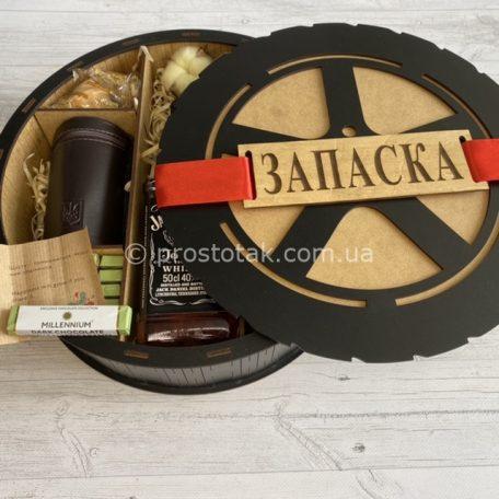 """Подарок мужчине """"ЗАПАСКА"""" с металлическими стопками в чехле<h3><a href=""""https://prostotak.com.ua/ru/shop/dlya-muzhchin/muzhu/podarok-muzhchine-zapaska-s-metallicheskimi-stopkami-v-chexle/"""" rel=""""noopener"""" target=""""_blank"""">Узнать стоимость и заказать</a></h3>"""