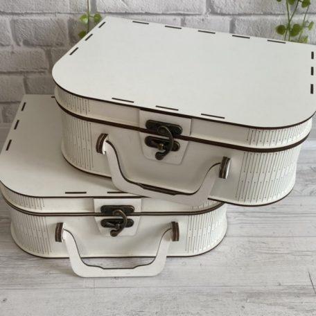 "Біла коробка для подарунку 30х20х10см вид валіза М2<h3><a href=""https://prostotak.com.ua/uk/shop/upakuvannya-dlya-podarunkiv/valizi/bila-korobka-dlya-podarunku-30x20x10sm-vid-valiza-m2/"" rel=""noopener"" target=""_blank"">Дізнатися вартість та замовити</a></h3>"