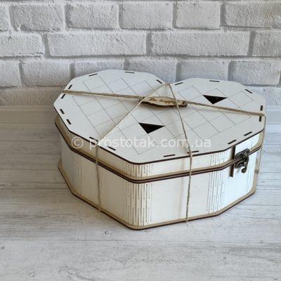 Коробка біле серце на петлях та застібці